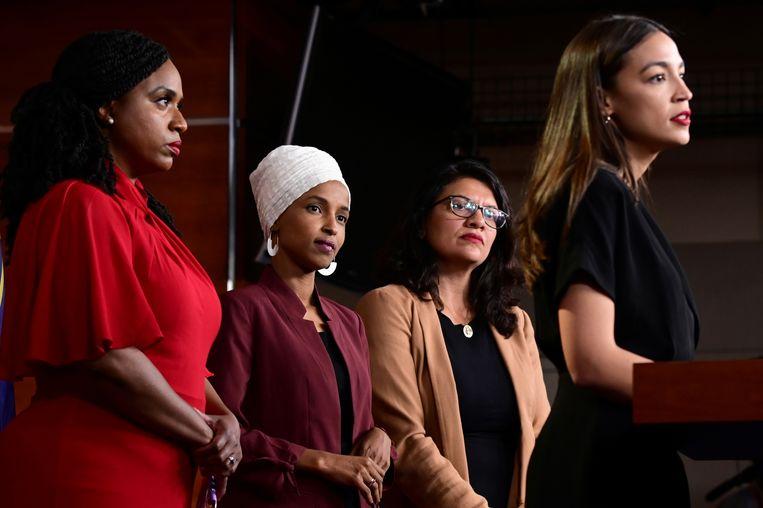 De door Trump geviseerde Amerikaanse Congresleden Ayanna Pressley, Ilhan Omar, Rashida Tlaib en Alexandria Ocasio-Cortez houden een nieuwsconferentie. Beeld REUTERS