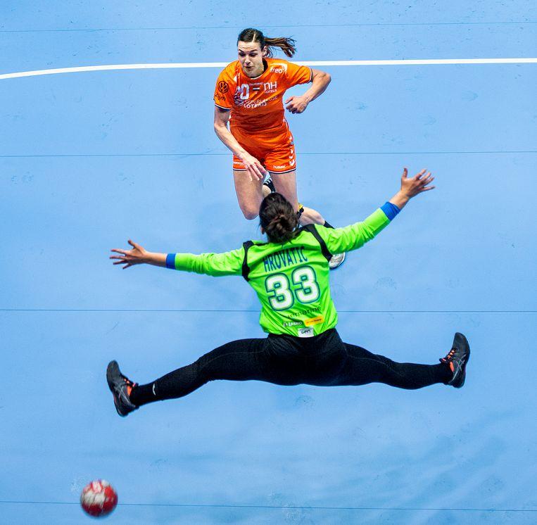 Inger Smits passeert de Sloveense doelvrouw Kiara Hrovatic en scoort voor Nederland. Beeld Klaas Jan van der Weij / de Volkskrant
