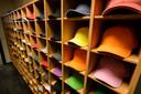 Caps in een veelheid aan kleuren.