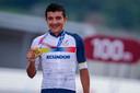 Richard Carapaz met zijn gouden medaille.
