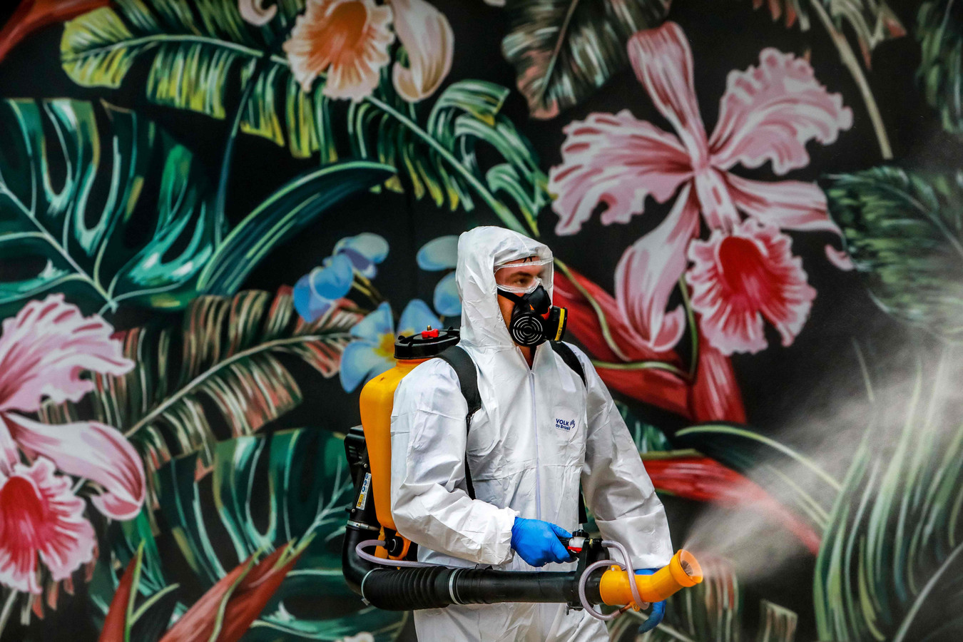In Brazilië wordt een winkelcentrum ontsmet.