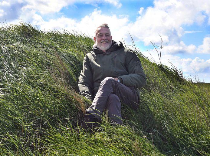Archeoloog Robert van Dierendonck op de reconstructie van een Romeinse terp (de mosseltrekkersterp) uit de vroege derde eeuw op de plaats waar deze in 2008 werd opgegraven aan de Wattelsweg bij Serooskerke op Walcheren.