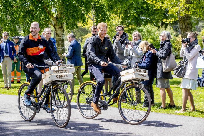 Atleet Dennis van der Stroom, prins Harry en gastheer Luitenant Generaal b.d. Mart de Kruif fietsen door het park tijdens de presentatie van de Invictus Games The Hague 2020 vorig jaar.