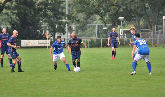 Beeld van de wedstrijd van vierde klasser CHRC tegen derde klasser SKV uit Wageningen.