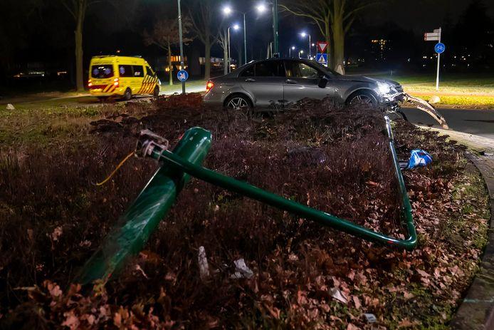 Bij een rotonde in Oss is zaterdagavond een forse ravage ontstaan na een ongeluk.