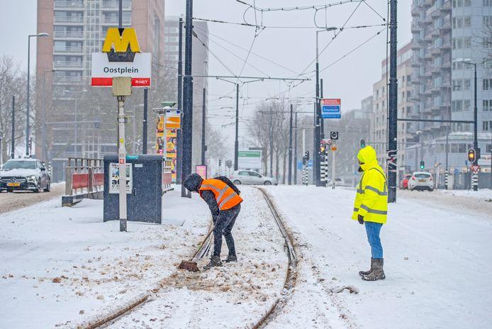 De RET probeerde de wissels van de tram op het Oostplein schoon te houden.