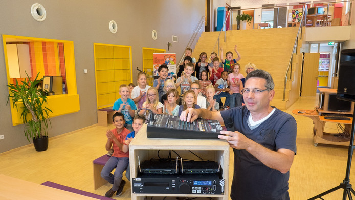 Groep 5a van juf Caroline van de Paulusschool geeft Arie van Waaij een applaus in de aula van de Zoetermeerse school. Steeds als vader Arie verschijnt, betekent dat dat er één of meer klusjes worden geklaard.