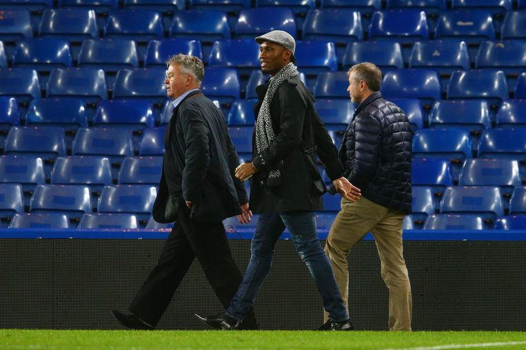 Guus Hiddink, Roman Abramovich en Didier Drogba bekeken de wedstrijd gezamenlijk. Beeld getty