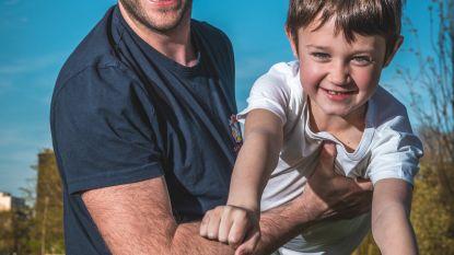 """Brandweerheld breekt bij zieke zoontje: """"Ik ben geen held, mijn zoon is er één"""""""