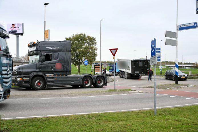 Vrachtwagen verliest trailer en veroorzaakt chaos.