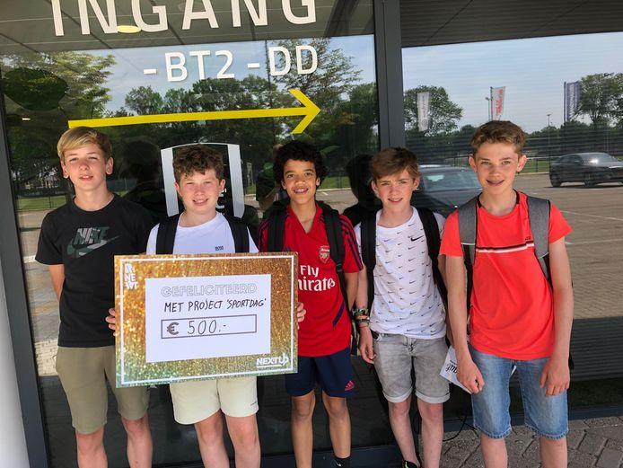 Stan Pruijsen (13), Koen van Gerwen (13), Daan Vermeulen (14), Guus van Boxtel (13) en David Fortes (13) wonnen het project, met hun idee voor een Sportdag.
