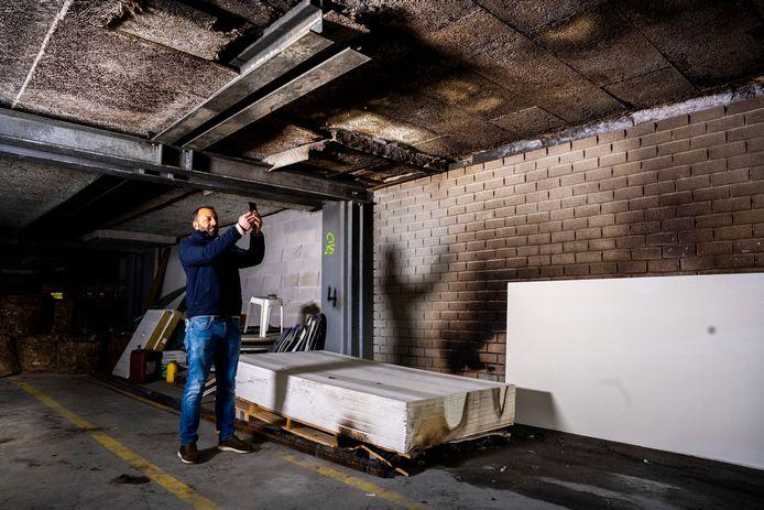 Mustapha Chahie van moskee Assalam neemt de schade op in het gebouw aan de Antwerpseweg in Gouda dat wordt omgebouwd tot moskee en waarin in de nacht van vrijdag op zaterdag brand werd gesticht.