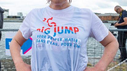 Dik honderd mensen, onder wie ook Roos Vanacker, springen in Kattendijkdok voor proper water