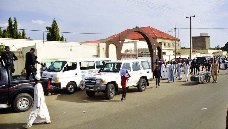 Hulpdiensten aan een ziekenhuis in Kano, na een bomaanslag in een school vandaag. Beeld REUTERS