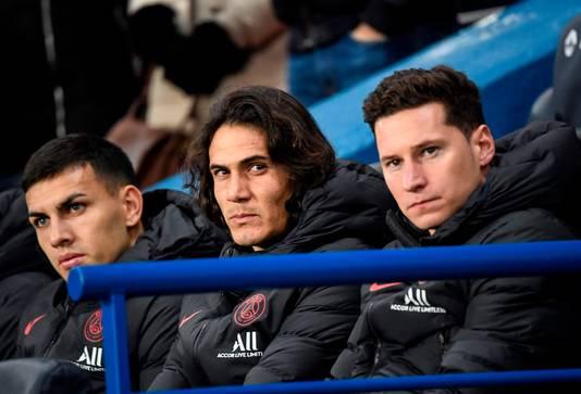 Edinson Cavani op de bank van PSG. Links Leandro Paredes, rechts Julian Draxler.