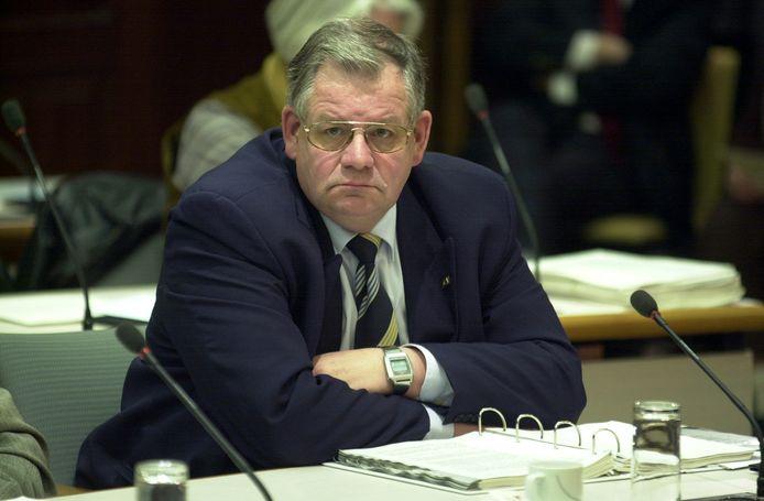 Wim van Klink in pak op een plek waar hij graag was: namens het AOV  in de raadszaal van Vlaardingen.