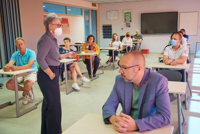 Directeur Anita O 'Connor praatte maandag medewerkers en leerlingen bij over de ontwikkelingen rond de heropening.
