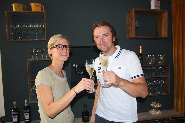 Pascale Persyn en Jeffry Van Den Steene toosten op de opening van Les Copains.