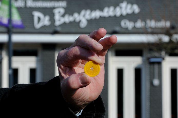 Een gele Fleut zoals die eerder met carnaval in zeven Etten-Leurse zaken als betaalmiddel voor een pilsje aangenomen werd.