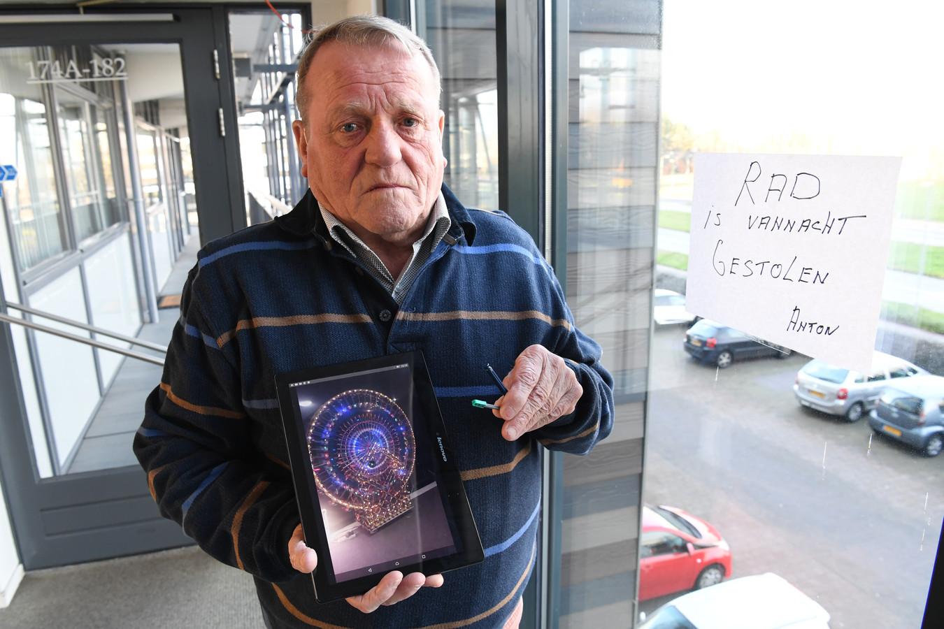 Anton (78) van der List met een foto van zijn levenswerk.