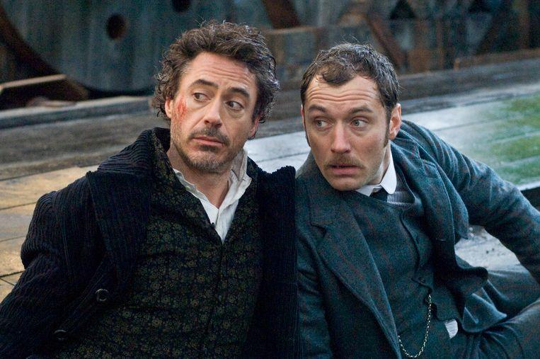 Robert Downey Jr. (links) als Sherlock Holmes en Jude Law als Watson.