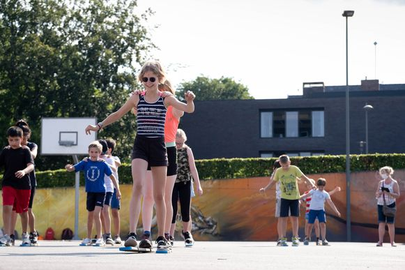 De leerlingen leggen op skilatten een afstand af.