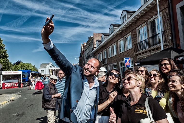 Theo Francken op campagne in Opwijk, Vlaams-Brabant. 'Dat volkse aspect is belangrijk als je het opneemt tegen een partij als het Vlaams Belang.' Beeld Tim Dirven