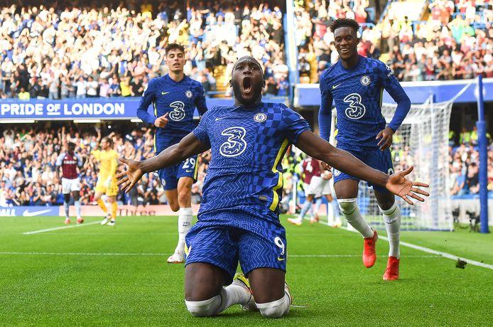 Romelu Lukaku viert een doelpunt namens Chelsea tegen Aston Villa.