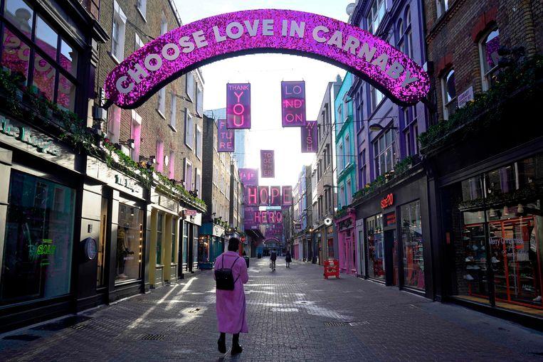 Een vrijwel verlaten winkelstraat in het centrum van Londen. Beeld AFP