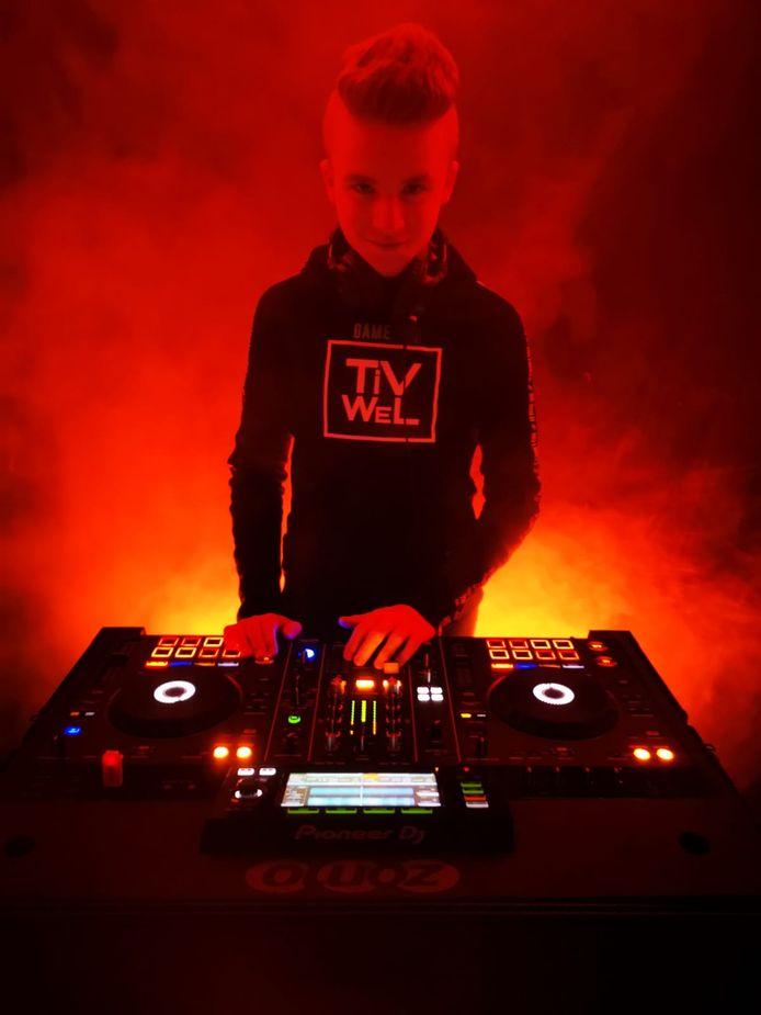 Timo in actie als DJ Tivwel.
