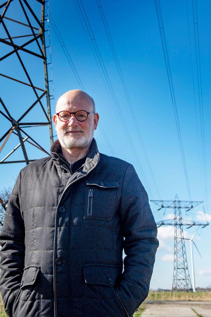 """John Bressers woont aan de Vlietweg en vecht tegen de komst van de 380 kV-lijn: ,,Twee gezinnen moeten worden uitgekocht en negen andere huishoudens krijgen de lijn bijna in hun tuin."""""""