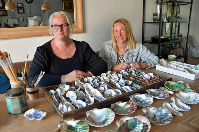Elvira de Rechter (links) uit Breskens is de bedenker en maker van SCHELP, kunstzinnige schelpen op basis van decoupage. Goede vriendin Angela Klessens leert het proces nu ook.