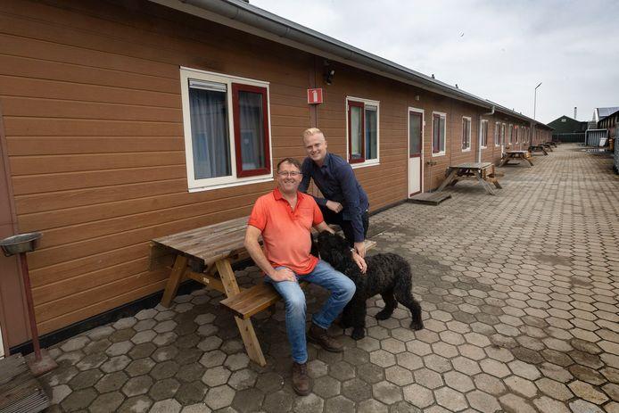 Aspergeteler Adriaan van Meijl (links) wil onderkomens bouwen voor 150 arbeidsmigranten. Rechts op de foto is zijn zoon Rick.