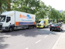 Fietser gewond na ongeval met lesvrachtwagen in Delft