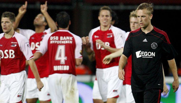 Rasmus Lindgren (rechts) van Jong Ajax baalt na de 1-0 van AZ tijdens de tweede ronde van de KNVB beker. Foto ANP Beeld