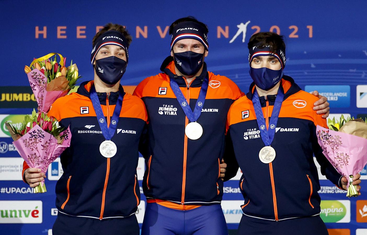 De schaatsers stonden in Heerenveen met mondkapjes op het podium.