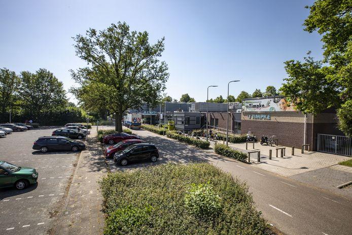 't Timpke met de Haarloseweg en de parkeerplaats. Als het campusplan doorgaat, gaat dit er heel anders uitzien. Aan de voorkant van 't Timpke wordt een nieuwe sportzaal gebouwd en de Haarloseweg loopt niet langer door.