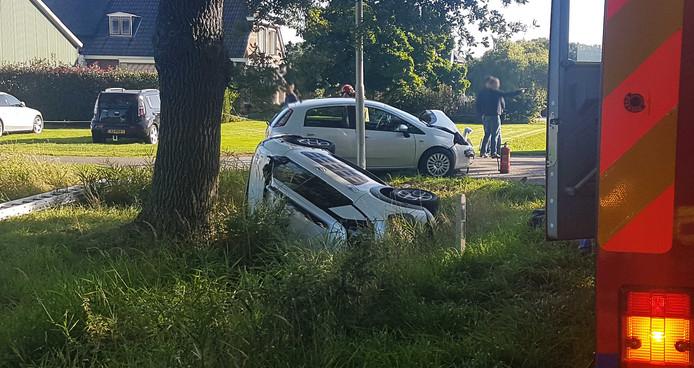 Bij de aanrijding belandde een auto op de kant in de berm.