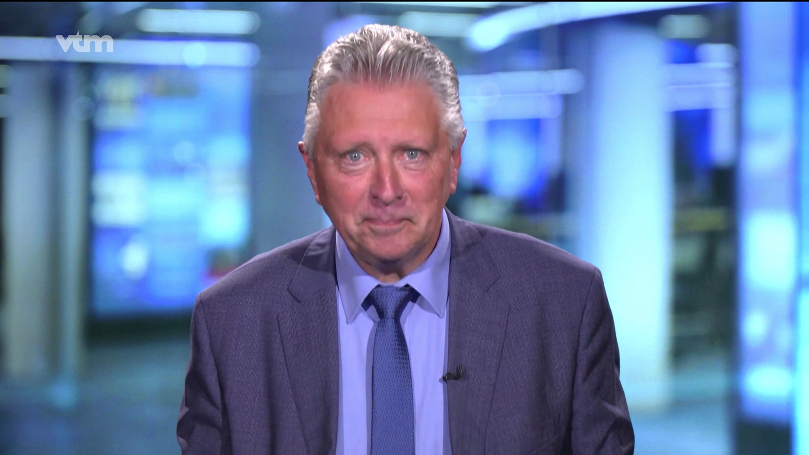 VTM nieuws moest uitzenden vanuit een noodstudio in Vilvoorde. Dany Verstraeten was de presentator van dienst.