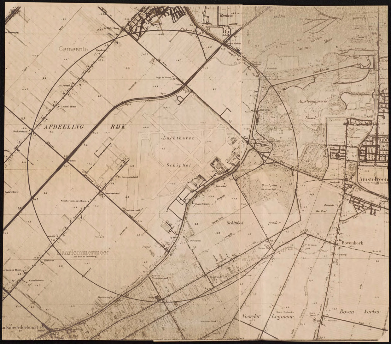Ook Schiphol zou moeten worden ontruimd. Er werd een cirkel getrokken rond het vermoedelijke 'grondnulpunt'.  Beeld