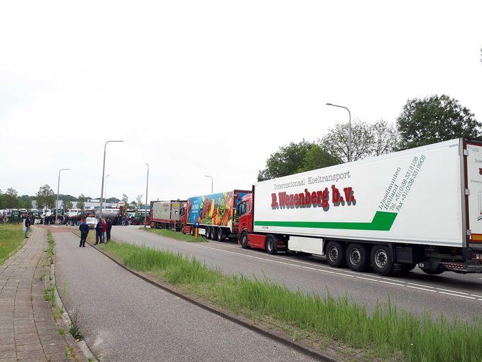 Vrachtwagens staan muurvast op de wegen rondom het distributiecentrum.