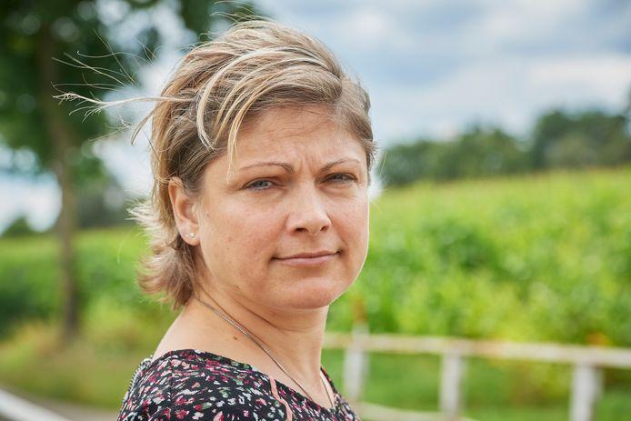 Anna Ramadanovic (42) uit Uden verloor in één week haar moeder, oom en broer aan corona. Hier staat ze op de plek in Vorstenbosch waar ze vaak met haar moeder wandelde.