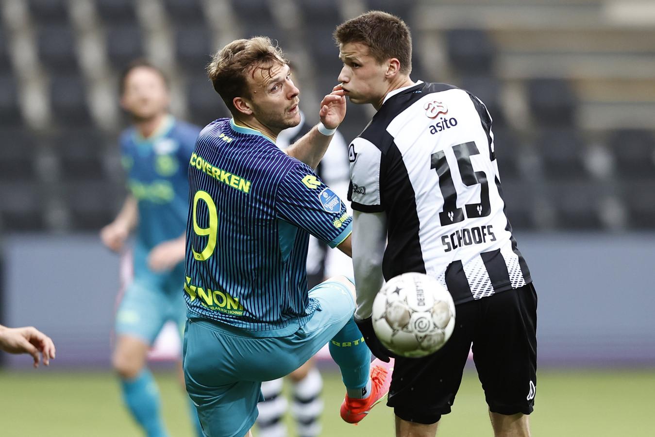 Lennart Thy (l) in duel met Lucas Schoofs van Heracles Almelo.