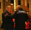 Burgemeester Jozias van Aartsen laat zich door de brandweer bijpraten over een brand die heeft gewoed in een parkeergarage in de Haagse Schilderswijk, gisteren