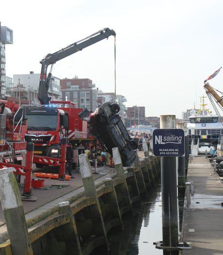 Brandweerman duikt op vrije dag achter auto aan de haven in en redt inzittenden, persoon gereanimeerd