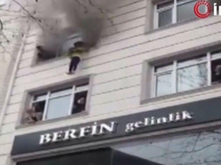 Vrouw gooit kinderen uit brandend gebouw in Istanboel