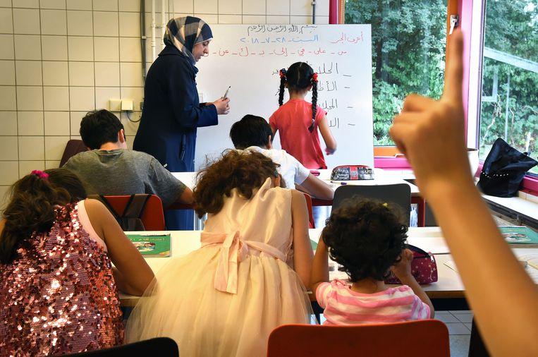 Vluchtelingenkinderen krijgen Arabische les op een weekendschool in Rotterdam. Beeld Marcel van den Bergh