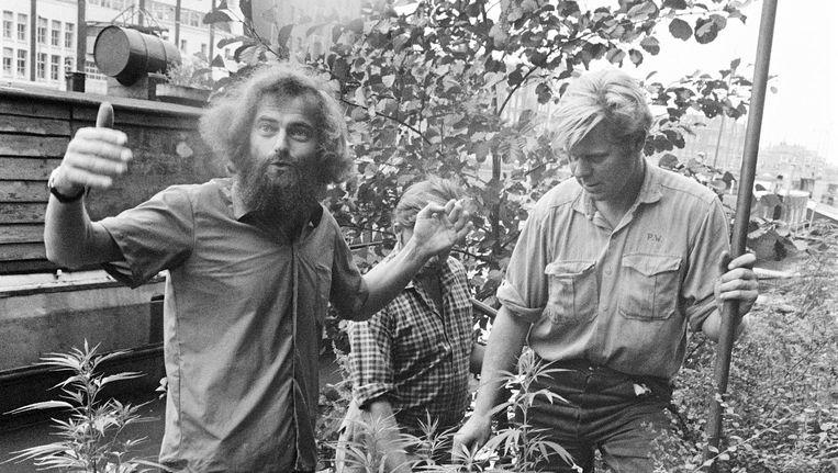 Kees Hoekert (l) in 1969, bij zijn favoriete planten Beeld Joost Evers/Spaarnestad