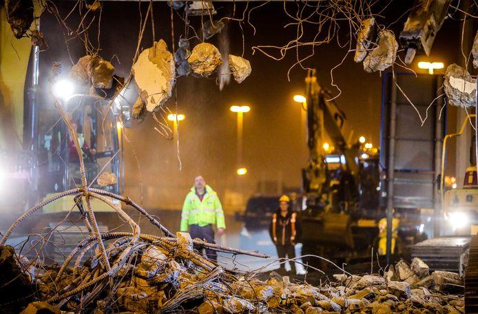 Werkmannen kijken naar wat overblijft van de Konterdambrug in Oostende.