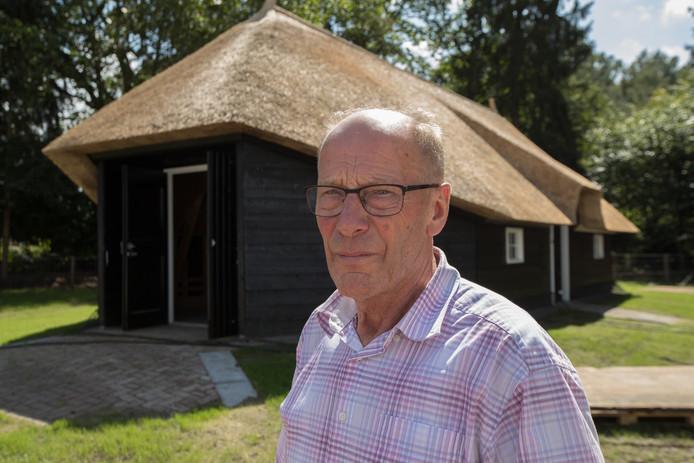 Jan Jansman bij de schaapskooi die hij samen met broer Geert bouwde en schenkt aan Luttenberg.